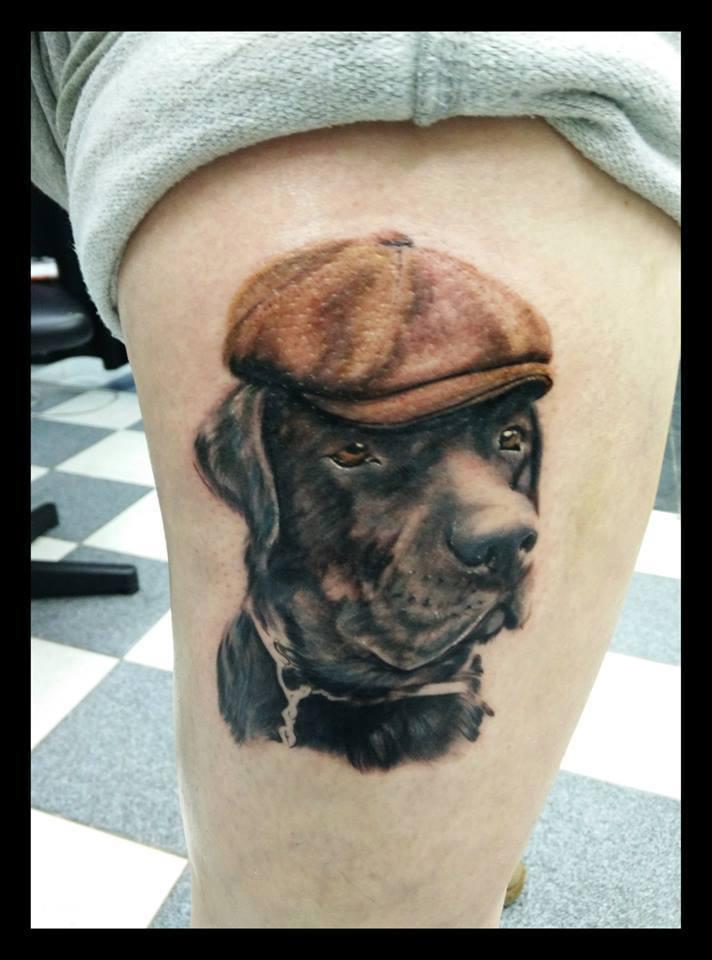 Katrianna Kyllönen. Labradorinnoutajani Uffe Koska muutkin rakkaat on tatuoitu ihooni niin koiran ikuistaminen oli päivänselvä asia. Yleensä ei kylläkään kulje lakki päässä,mutta tahdoin kuvaan pientä huumorilisää kun niin hauska herra hän on