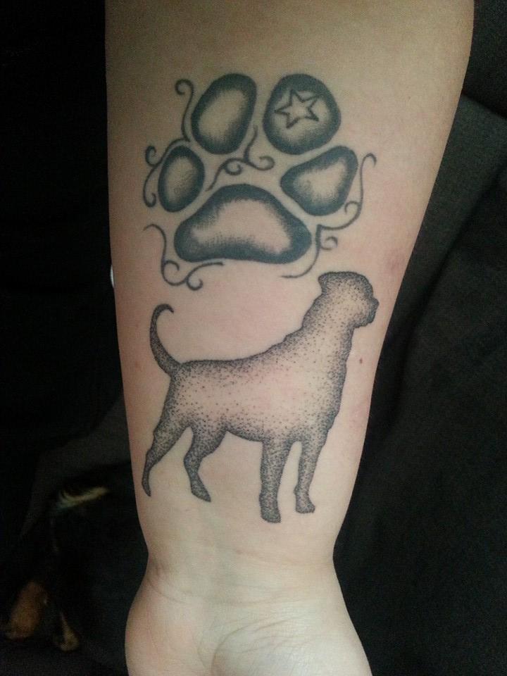 Miia Tonttila. Haaveilin aina että ottaisin ensimmäisen omankoiran aidon tassunjäljen tatuointina mut sit se vaan jäi ottamatta ja menetin elämäni koiran yhtäkkiä märkäkohtuun.. Joten tassu tatuointi on muistotatska edesmenneille haukuille etenkin ensimmäiselle. Ja kiitos mun ensimmäisen koiran jossa puolet oli rotikkaa, olen vihdoin saanut aidon rottweilerin itselleni. joten uudehkolla pistetyylillä tehtiin rotikanprofiilikuva. Saman käden olkavarteen tulee aito muotokuva tästä rotikasta jossain vaiheessa.